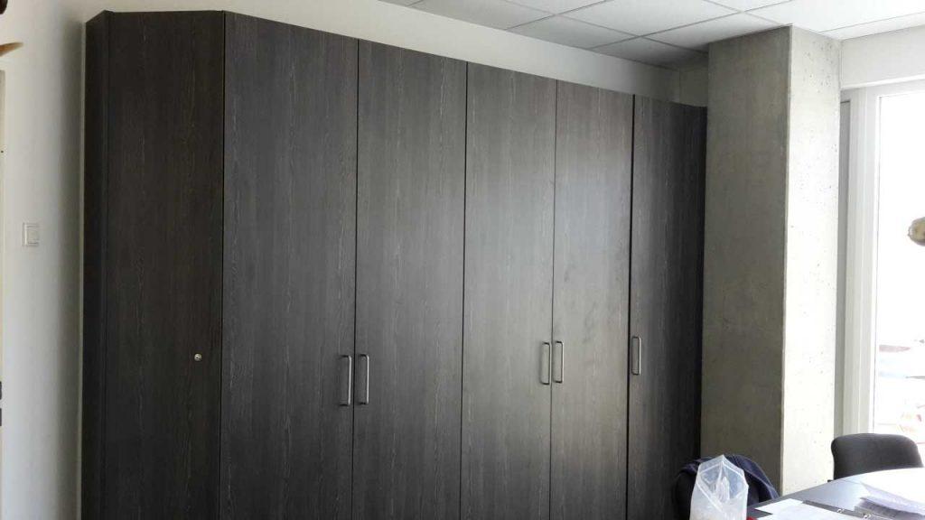 Eckschreibtisch und einem Raumangepasster Schrankwand