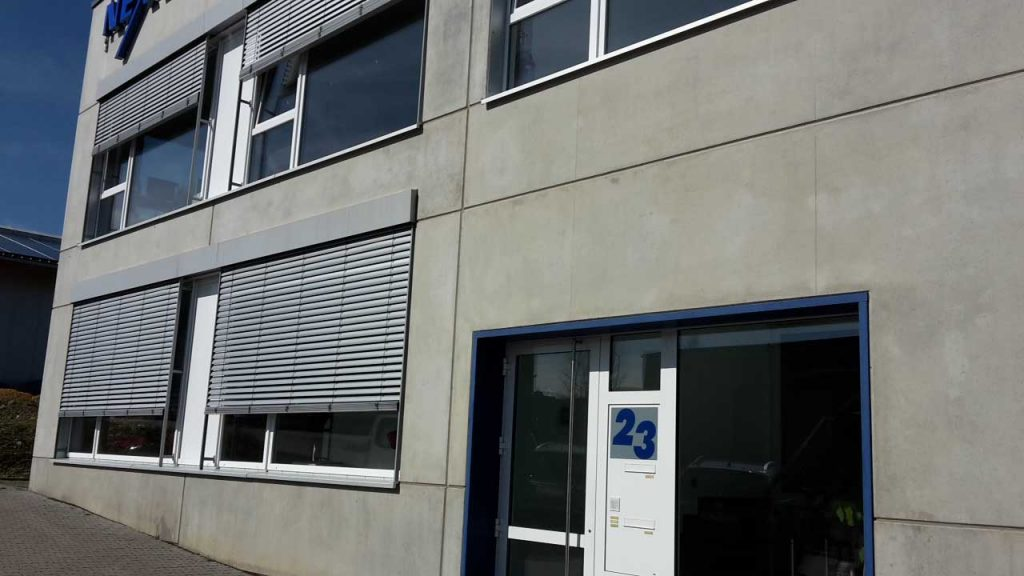 Fensterelemente mit Raffstoreanlagen + Haustüranlage