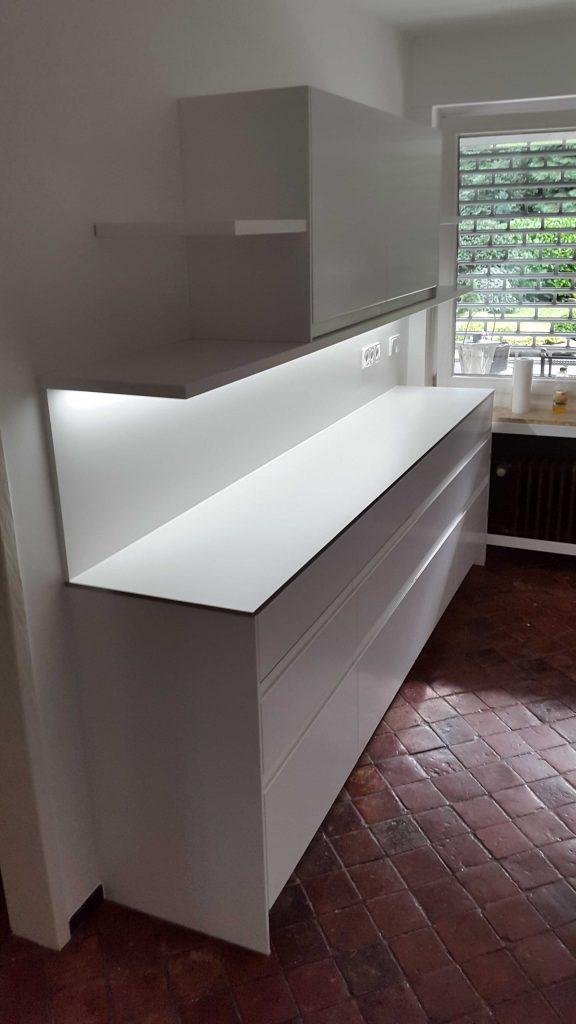 Küche mit eingefrästen Griffen, weiß lackiert